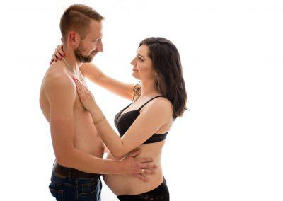 przyszli rodzice w samej bieliźnie pozujący na sesji ciążowej w studio