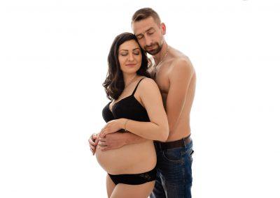 przyszli rodzice podczas sesji ciążowej w studio pozujący w samej bieliźnie